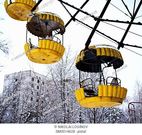 Radiated yellow Ferris wheel