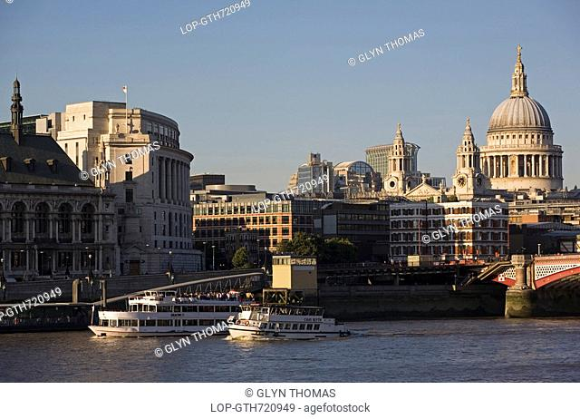 England, London, Blackfriars Bridge, Boats travelling along the River Thames with Blackfriars road bridge and St. Paul's Cathedral in the background