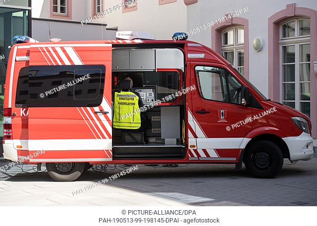 13 May 2019, Rhineland-Palatinate, Mainz: An employee of the Kaiserslautern fire brigade is sitting in the command vehicle and monitoring a drone mission