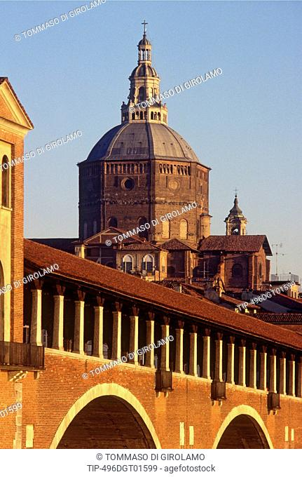 Italy, Lombardy, Pavia, the covered bridge and the cathedral