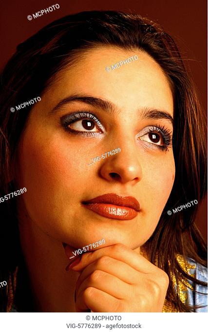 Portraet einer Frau mit dunklen Augen und schwarzen Haaren, 2006 - Hamburg, Germany, 24/04/2006