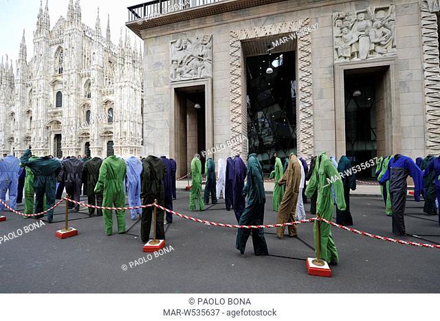 installazione '100 sogni morti sul lavoro', opera di gianfranco angelico benvenuto, milano 21 aprile 2012