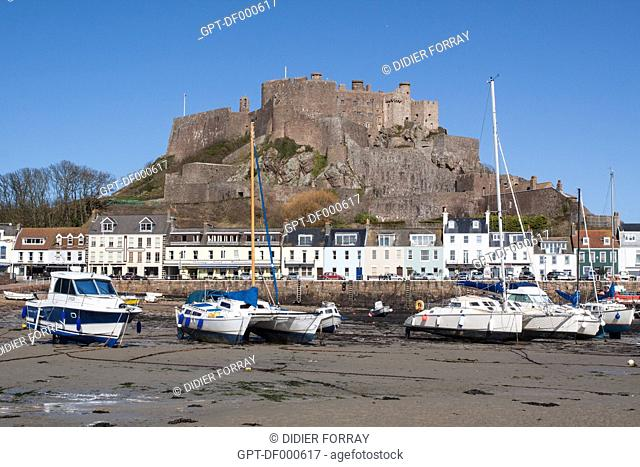 GENERAL VIEW OF THE PORT OF GOREY AT LOW TIDE WITH THE FORTIFIED CASTLE OF MONT-ORGUEIL BUILT IN THE 13TH CENTURY, JERSEY, CHANNEL ISLANDS