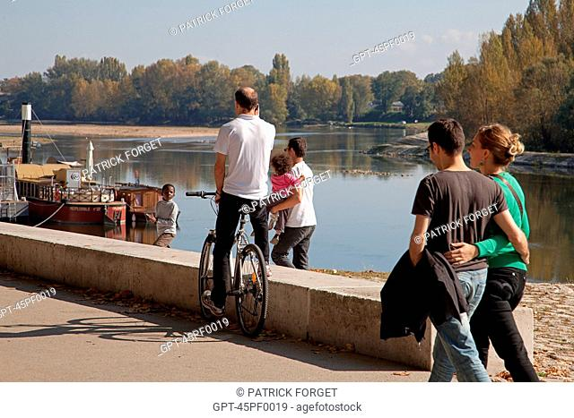 WALKING AND CYCLING ALONG THE LOIRE, QUAI CHATELET, THE 'LOIRE A VELO' CYCLING ITINERARY, ORLEANS, LOIRET 45, FRANCE