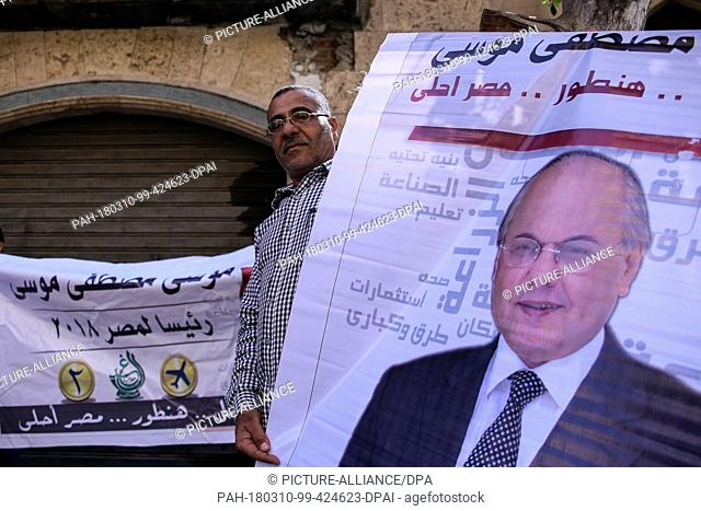 dpatop - A man holds a poster of Egyptian Presidential candidate and leader of El-Ghad Party Moussa Mostafa Moussa during a rally in front of the party's...