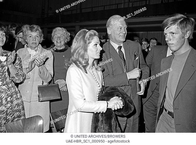 """Der deutsche Schauspieler Curd Jürgens bei Deutschlandpremiere des Musicals """"""""Haare"""""""", Deutschland 1960er Jahre. German actor Curd Juergens at the German..."""