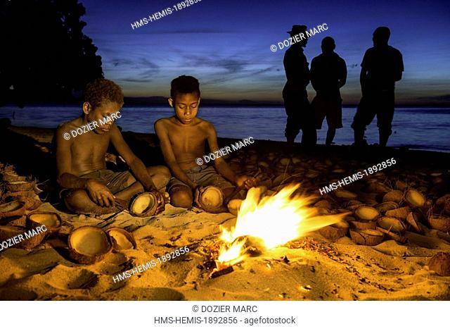 Papua New Guinea, New Britain island, West New Britain province, Talasea district, Kimbe area, Tamuniaï village, coprah work