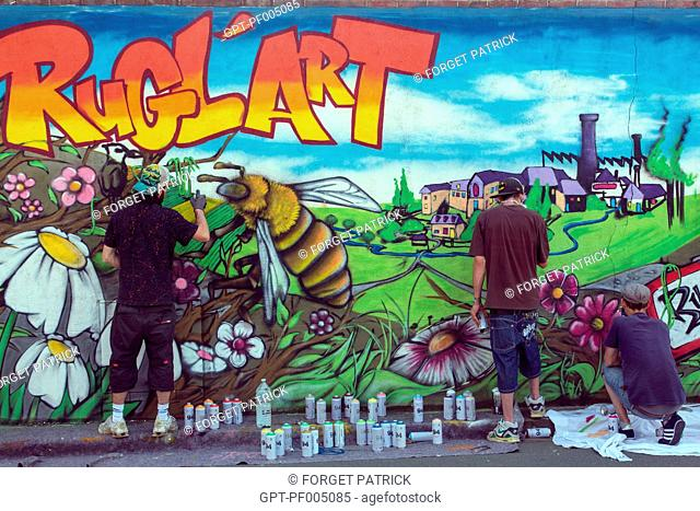 STREET ARTISTS WORKING ON A WALL FOR THE MULTICULTURAL RUGL'ART FESTIVAL, RUGLES (27), FRANCE