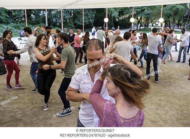 In the brussels parks, public p^laces are transformed in danse area where peoples come to learn and dance salsa Des espaces publics dans les parcs bruxellois
