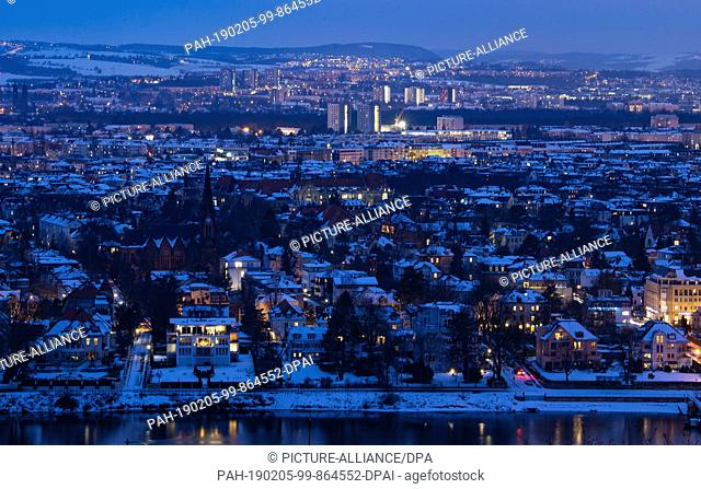 05 February 2019, Saxony, Dresden: The roofs of the houses in Dresden's Blasewitz district are covered with snow in the evening