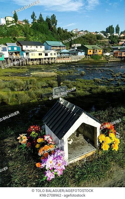 capilla en recuerdo de un fallecido y palafitos, Castro, archipiélago de Chiloé ,provincia de Chiloé ,región de Los Lagos,Patagonia, República de Chile