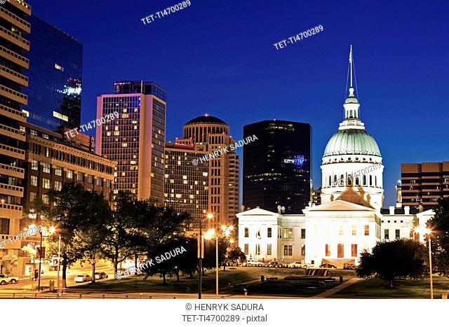 USA, Missouri, St Louis, Old courthouse illuminated at night