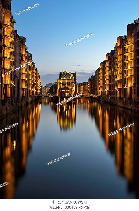 Germany, Hamburg, Wandrahmsfleet in the historic warehouse district in the evening, Speicherstadt