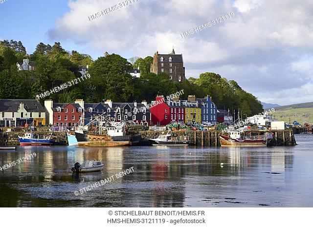 United Kingdom, Scotland, Highland, Inner Hebrides, Argyll and Bute, Isle of Mull, the main town Tobermory and its harbour