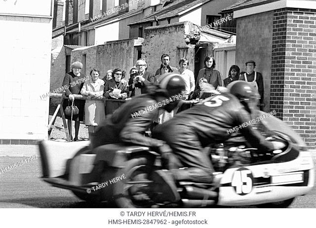 United Kingdom, Isle of Man TT-1973 Tourist Trophy, Ramsey, Taubman Street, all the inhabitants of the small alley wedged between Parliament Street and Taubman...