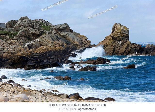 Rough sea near Le Diben on the Brittany hiking path GR 34, Baie de Morlaix, Finistere, Brittany, France, Europe