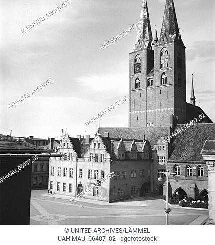 Unterwegs um St. Marien und Rathaus in der Stadt Stendal in Sachsen, Deutschland 1930er Jahre. At the city of Stendal in Saxony, Geermany 1930s