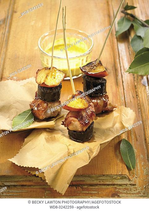 pinchos de butifarra negra, salchicha, manzana y tomate