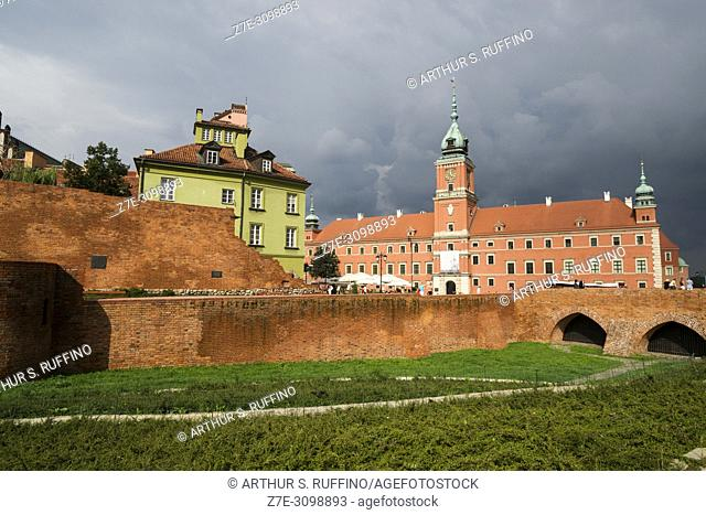 City walls and Royal Castle, Castle Square, Old Town, Warsaw, Poland, Europe