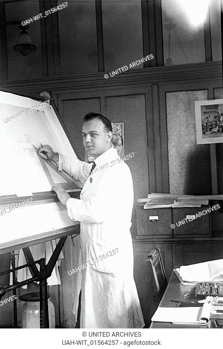 Ein Ingenieur an seinem Reißbrett im Zeichenbüro, 1930er Jahre