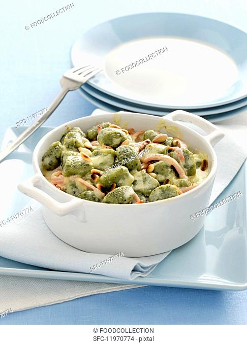 Gratinated spinach gnocchi in a creamy cheese sauce