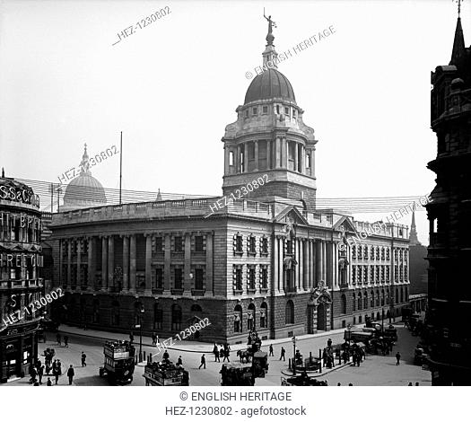 Central Criminal Court, Old Bailey, City of London, 1910, viewed from Holborn Viaduct. The dome of the Court building is topped by a figure holding a sword and...