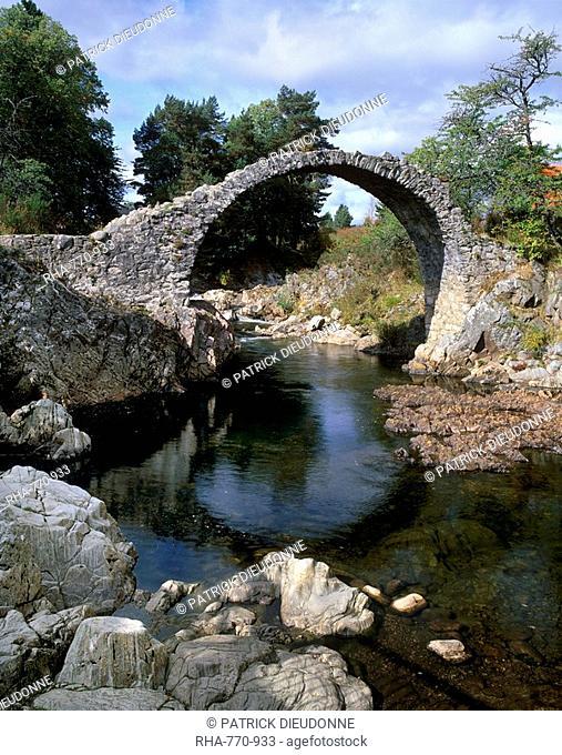 Old Packhorse Bridge, over River Dulnain, built in 1707, Carrbridge, near Aviemore, Cairngorms National Park, Highland region, Scotland, United Kingdom, Europe