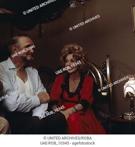 """Die deutsche Schauspielerin Lilli Palmer mit Gustav Knuth bei Dreharbeiten am Set zur Serie """"""""Eine Frau bleibt eine Frau"""""""", Deutschland 1970er Jahre"""