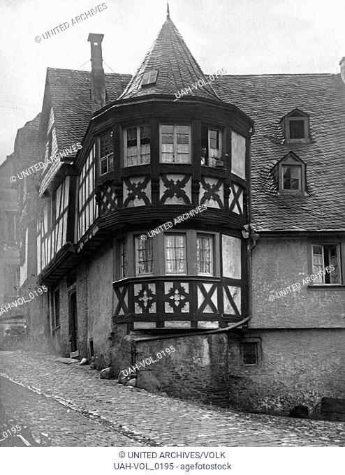 Runder Erker aus Fachwerk an einem Haus in der Mittelstraße in der Ortschaft Enkirch an der Mosel, Deutschland 1930er Jahre