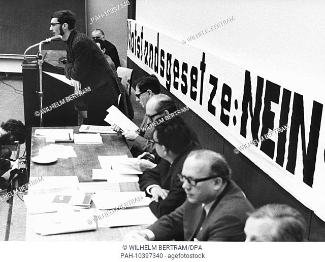 The vice-president of the VDS, Jürgen Kegler, was speaking at the lectern during the German Emergency Acts Seminar at the University of Cologne on 8th May 1968