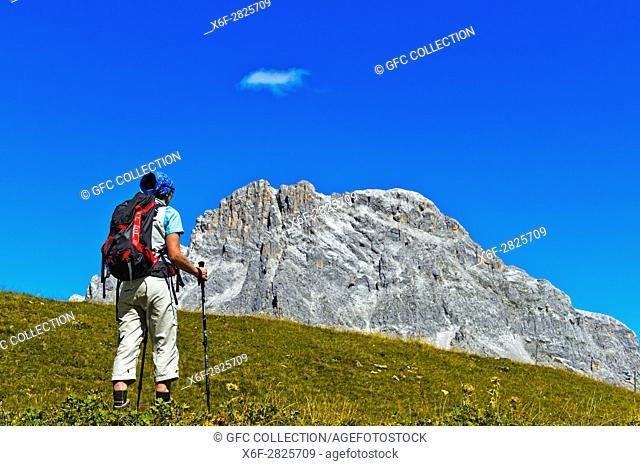 Wanderer vor dem Gipfel Sulzfluh, St. Antönien, Prättigau, Graubünden, Schweiz / Hiker in front of the peak Sulzfluh, St
