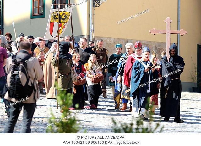 21 April 2019, Saxony-Anhalt, Quedlinburg: Actors in historical costumes of German ruling families walk through the city