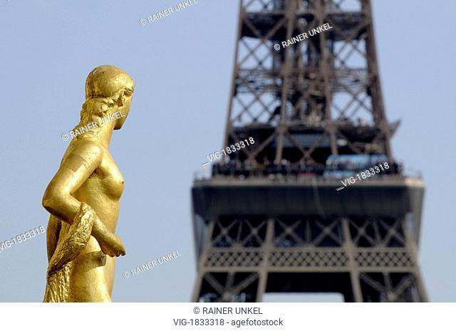 FRANCE, PARIS, 29.09.2009, FRA, FRANCE : A statue on Trocadero in front of Eiffeltower in Paris - Paris, Paris, France, 29/09/2009