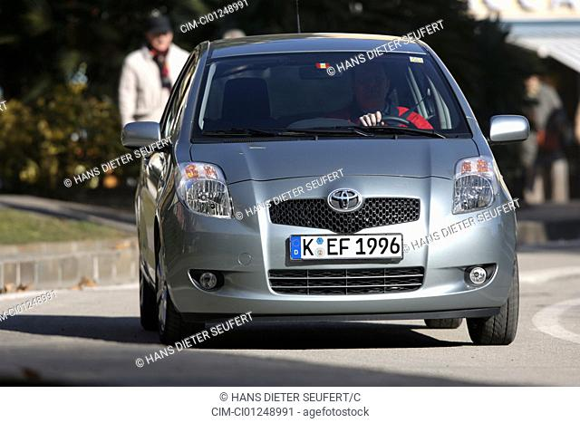 Toyota Yaris 1.3 WT-i, model year 2005-, silver, driving, diagonal from the front, frontal view, City
