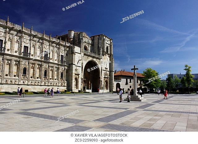 Square in front the Basilica of San Isidoro, road to St Jacques de Compostella, City center of Leon, Castile and Leon, Spain