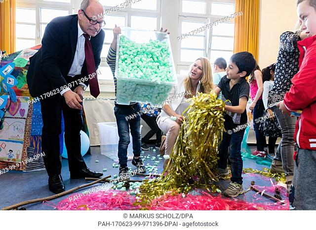 Hamburg's Senator of Schools Ties Rabe (SPD) and former Tennis world star Steffi Graf build a nest together with migrant children during an art-therapeutical...