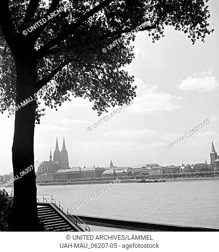 Blick vom Rheinufer in Deutz auf die Stadtseite mit Dom und rechts die Kirche St. Ursula in Köln, 1930er Jahre. View from Deutz to the Cologne city side, 1930s
