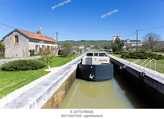 Houseboat Waterlily, Pouilly-en-Auxois, Burgundy Canal, Burgundy, France
