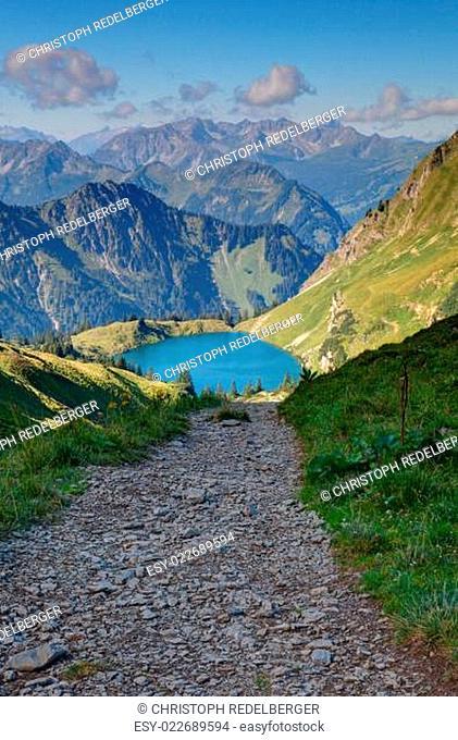 Abwärts zum Bergsee