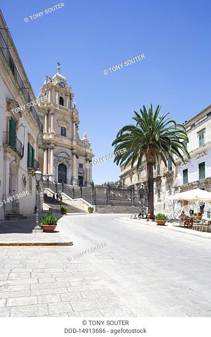 Italy, Sicily, Ragusa Ibla, Piazza del Duomo, Duomo San Giorgio and street cafes