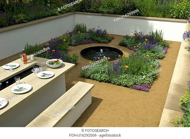 Sunken garden in Italian style with outdoor dining area (Thomas Hoblyn Design Agency/Hampton Court Flower Show 2007)&#10