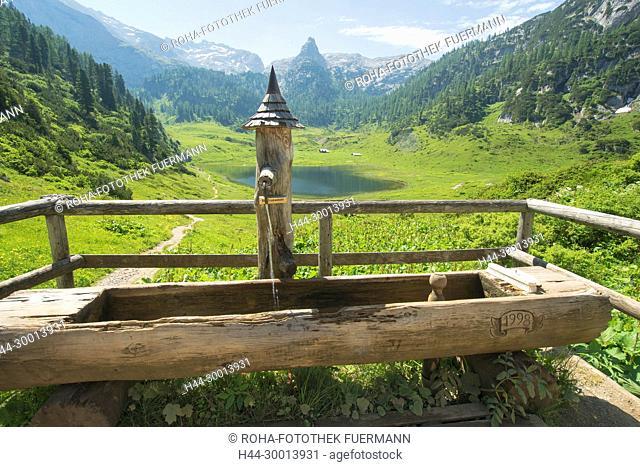 Brunnen mit im Hintergrund dem Funtensee