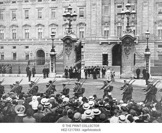 British soldiers marching past Buckingham Palace, London, August 1914. Crowds watch troops of the British Expeditionary Force (BEF) mobilising in the early days...
