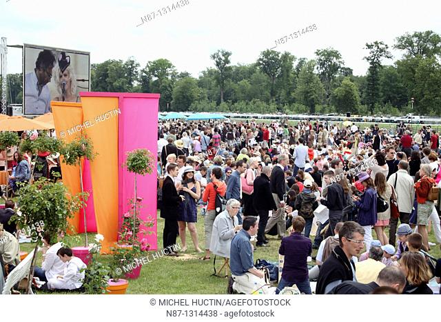 the racecourse at Chantilly France every year, to be a great horse race, a classic, the Prix de Diane is the inevitable appointment of all the fashionable women...