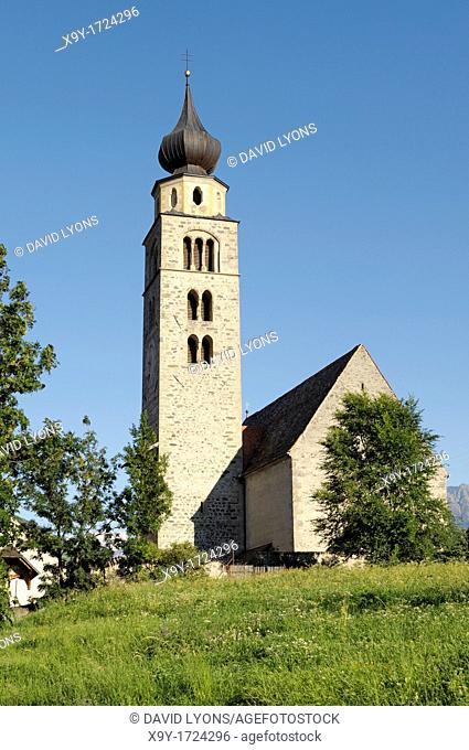 The church of San Pancrazio beside the Mediaeval walled town of Stadt Glurns, Glorenza  Val Venosta, Italian Alps, Italy