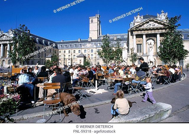 Tourists at outdoor cafe, Dijon, Burgundy, France
