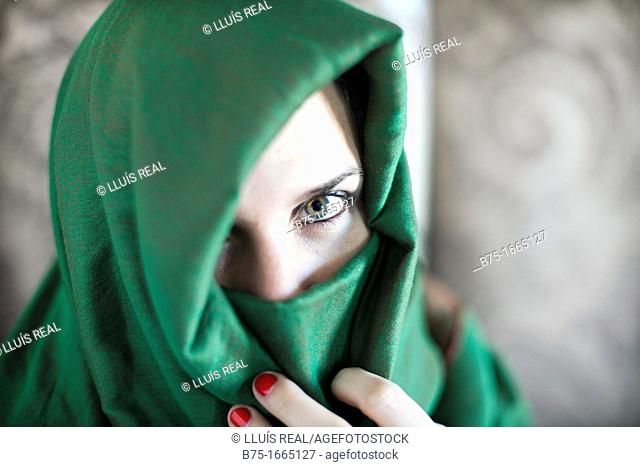 Mujer joven con velo Musulmán, velo islámico, mirada, ojos, rostro, rostro tapado, expresión, represión, religión, costumbre, mujer, joven, color, verde
