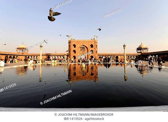 Main gate and water basins for ritual ablutions, Friday Mosque Jama Masjid, Old Delhi, Delhi, Uttar Pradesh, North India, India, South Asia, Asia
