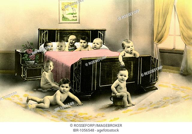 Historic photograph, lots of children in a bed, around 1915