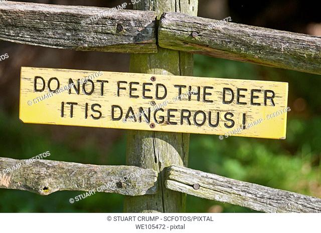 Sign advising visitors and tourists not to feed the deer it is dangerous! at Bradgate Country Park, Leicestershire, East Midlands, England